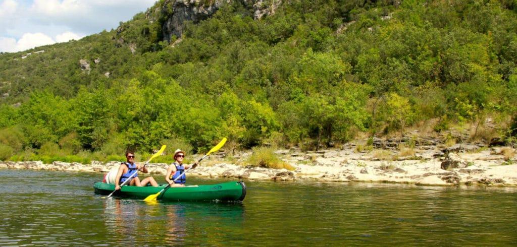 Deux personnes font du canoe dans l'Hérault